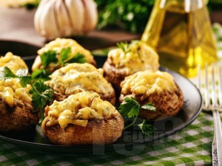 Пълнени гъби с бекон, чесън, синьо сирене и кашкавал на фурна - снимка на рецептата